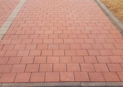 vyčištěné parkovací stání červená dlažba