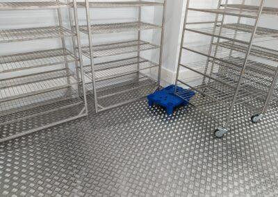 vyčištěný mrazící box s nerezovou podlahou