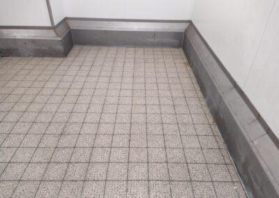 špinavá podlaha v chladícím boxu