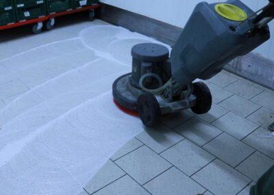 čištění podlahy mrazáku
