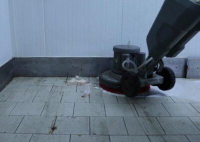 špinavá podlaha v mrazícím boxu